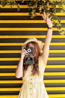 Vooraanzicht toerist fotograferen