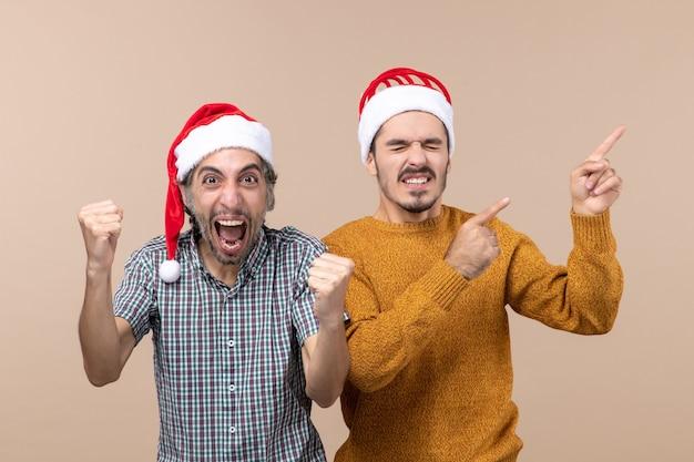 Vooraanzicht twee mannen één met winnend gebaar de andere met iets met gesloten ogen op geïsoleerde achtergrond