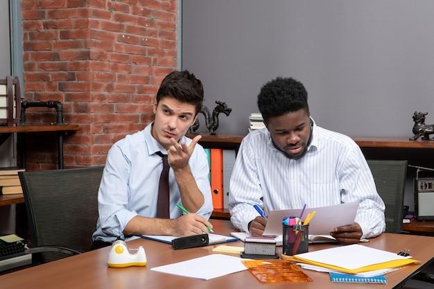 Vooraanzicht twee zakenpartners die zakelijke onderhandelingen voeren