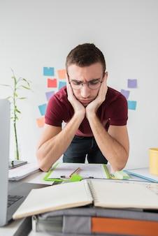 Vooraanzicht universitaire man boos