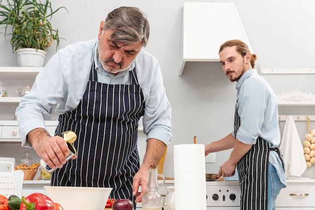 Vooraanzicht vader en zoon koken