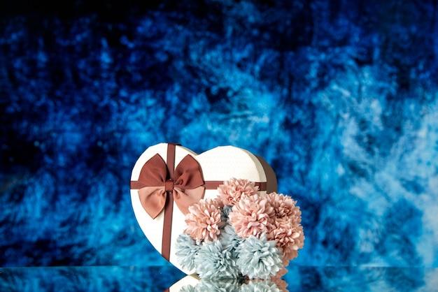 Vooraanzicht valentijnsdag aanwezig met bloemen op blauwe achtergrond kleur liefde gevoel familie schoonheid hart passie