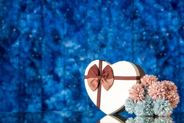 Vooraanzicht valentijnsdag aanwezig met bloemen op blauwe achtergrond liefde familie huwelijk gevoel wolk kleur passie minnaar