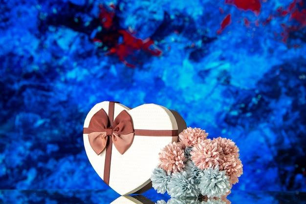 Vooraanzicht valentijnsdag aanwezig met bloemen op blauwe achtergrond passie liefde familie gevoel schoonheid wolk kleur minnaar huwelijk