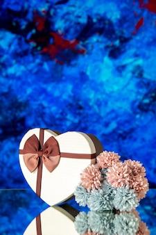 Vooraanzicht valentijnsdag aanwezig met bloemen op blauwe achtergrond passie liefde familie gevoel schoonheid wolk kleuren minnaar huwelijk