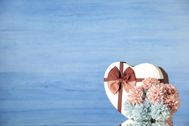 Vooraanzicht valentijnsdag aanwezig met bloemen op lichtblauwe achtergrond kleur liefde passie paar gevoel familie schoonheid hart vrije plaats