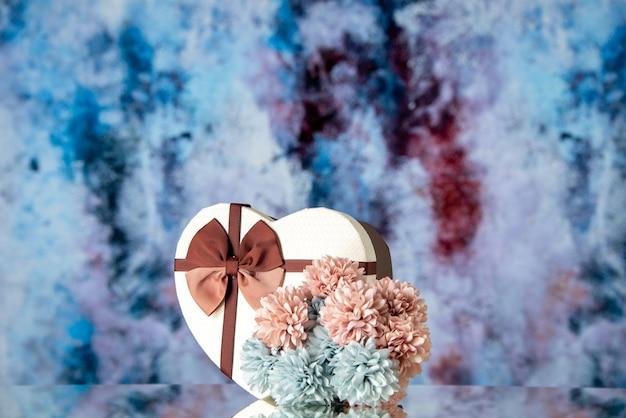 Vooraanzicht valentijnsdag aanwezig met bloemen op lichtblauwe achtergrondkleur gevoel familie schoonheid hart paar passie liefde