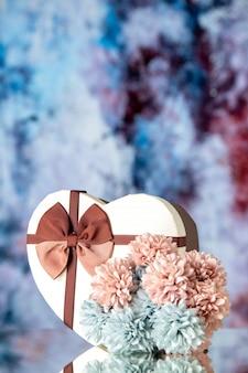 Vooraanzicht valentijnsdag aanwezig met bloemen op lichtblauwe achtergrondkleur gevoel familie schoonheid hart paar passie