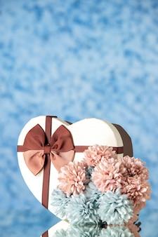 Vooraanzicht valentijnsdag aanwezig met bloemen op lichtblauwe achtergrondkleur liefde gevoel familie schoonheid hart paar passie