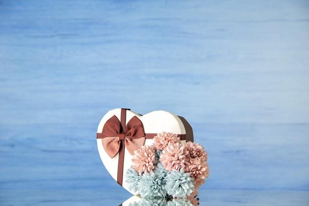 Vooraanzicht valentijnsdag aanwezig met bloemen op lichtblauwe achtergrondkleur liefde passie paar gevoel familie schoonheid hart