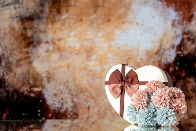 Vooraanzicht valentijnsdag aanwezig met bloemen op lichtbruine achtergrondkleur gevoel familie schoonheid paar passie liefde hart vrije ruimte