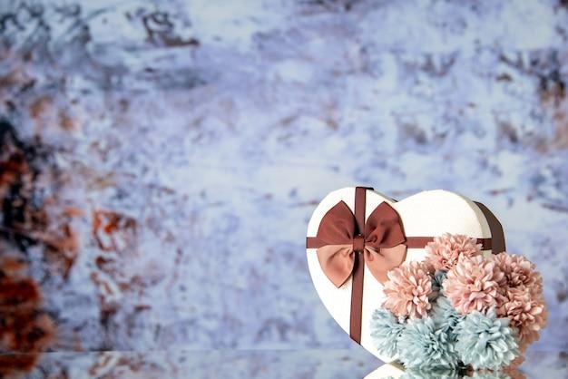 Vooraanzicht valentijnsdag aanwezig met bloemen op lichte achtergrond kleur gevoel familie schoonheid paar passie liefde hart vrije ruimte