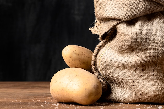 Vooraanzicht van aardappelen en jutezak