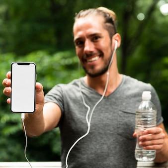 Vooraanzicht van agent met telefoonmodel