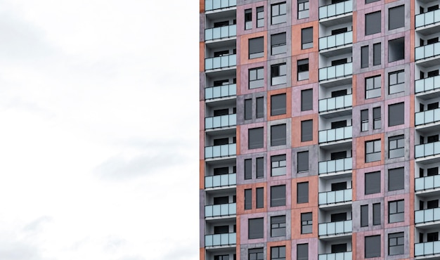 Vooraanzicht van architectonisch flatgebouw in de stad met exemplaarruimte