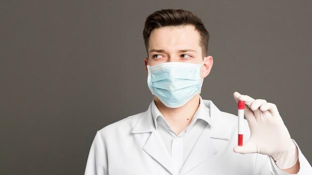 Vooraanzicht van arts die vacutainer steunt