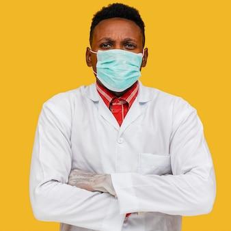 Vooraanzicht van arts met gezichtsmasker concept