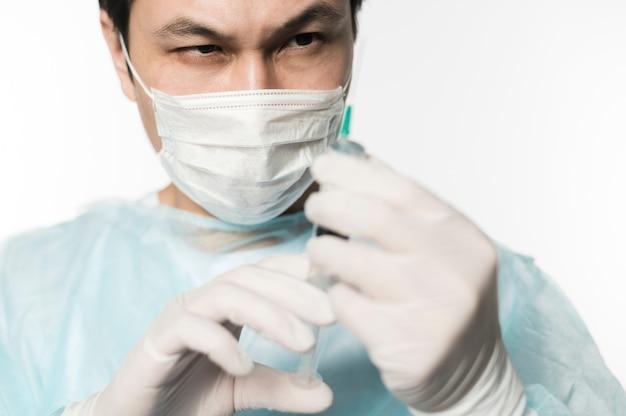 Vooraanzicht van arts vullende spuit
