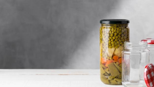 Vooraanzicht van assortiment van ingemaakte groenten in kruik met exemplaarruimte
