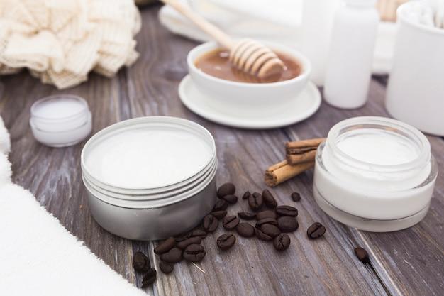 Vooraanzicht van bad concept crème en accessoires