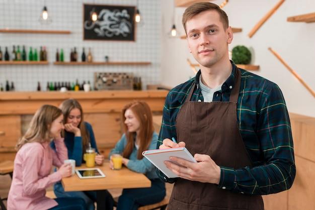 Vooraanzicht van barista in café