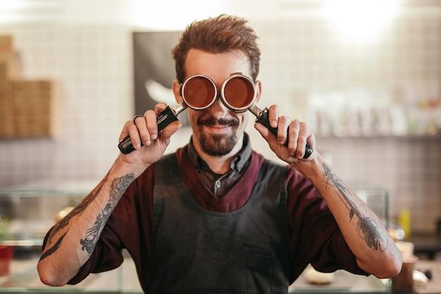 Vooraanzicht van barista met portafilters in coffeeshop