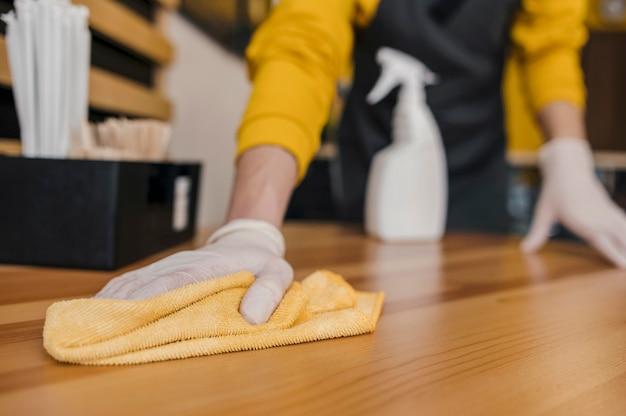 Vooraanzicht van barista schoonmaaktafel