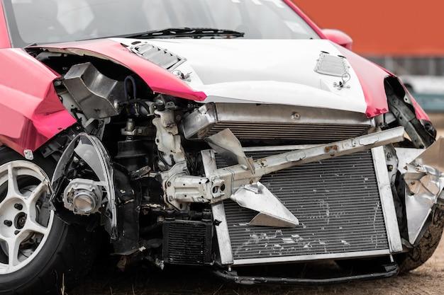 Vooraanzicht van beschadigd autoneerstortingongeval op de weg.