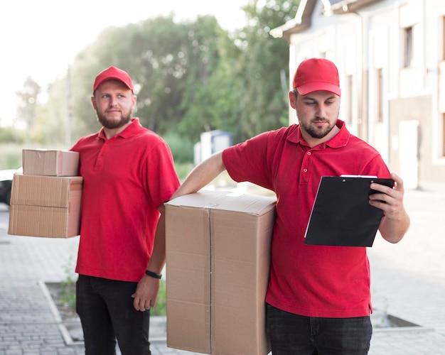 Vooraanzicht van bezorger met packagaes