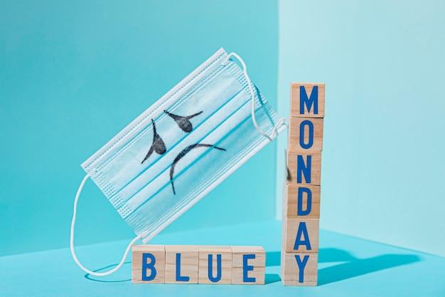 Vooraanzicht van blauw maandagconcept met kubussen