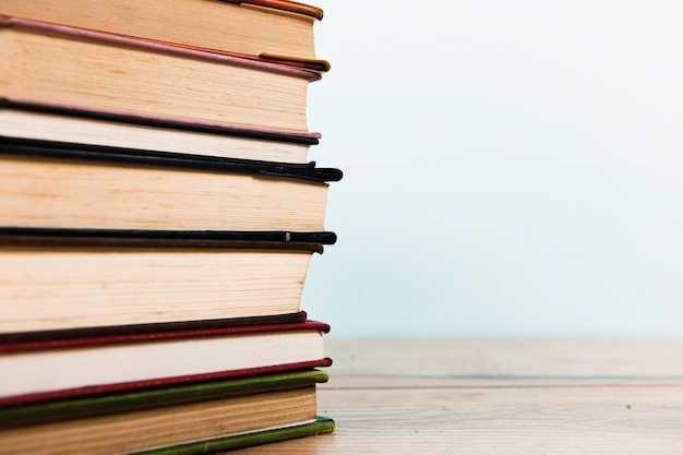 Vooraanzicht van boekregeling met exemplaarruimte