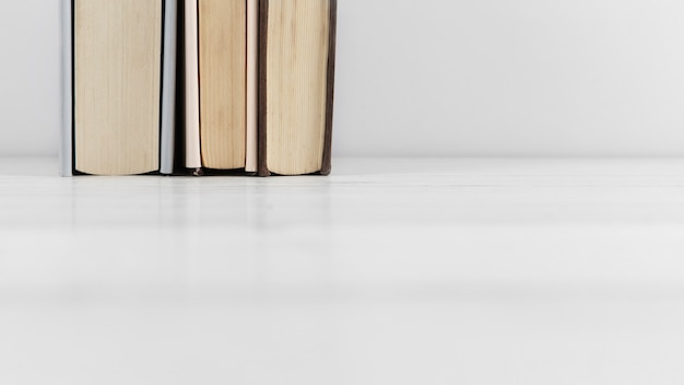 Vooraanzicht van boekregeling op duidelijke achtergrond
