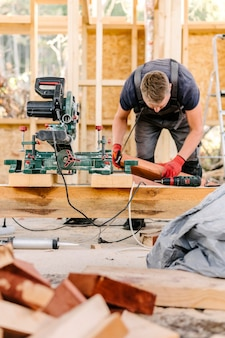 Vooraanzicht van bouwer op de bouwplaats