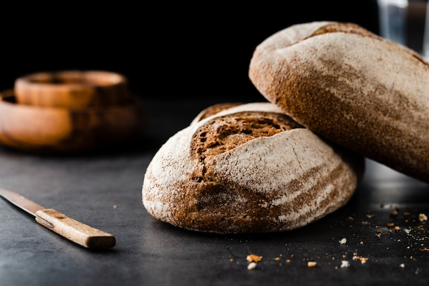 Vooraanzicht van brood en mes op tafel