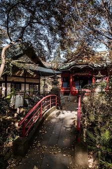 Vooraanzicht van brug met japanse tempel