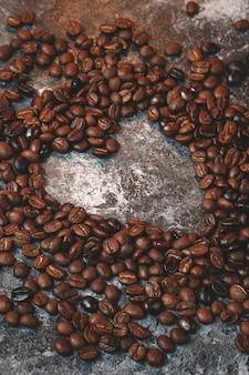 Vooraanzicht van bruine koffiezaden op donkere oppervlakte
