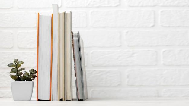 Vooraanzicht van bureau met gestapelde boeken en exemplaarruimte