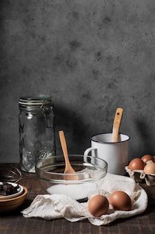 Vooraanzicht van cake-ingrediënten met exemplaarruimte