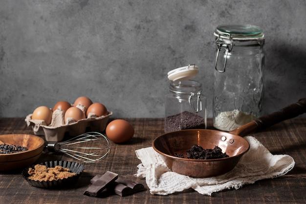 Vooraanzicht van cake-ingrediënten op tafel