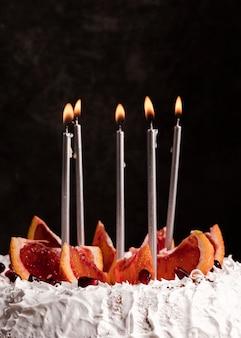 Vooraanzicht van cake met kaarsen