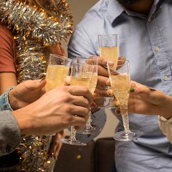 Vooraanzicht van champagne in glas op nieuwjaar