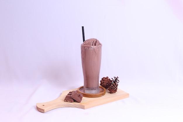 Vooraanzicht van chocolade-ijs in een lang geïsoleerd glas