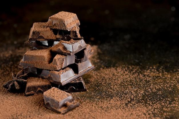 Vooraanzicht van chocolade met cacaopoeder