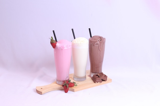 Vooraanzicht van chocolade vanille aardbei ijs in lang glas geïsoleerd
