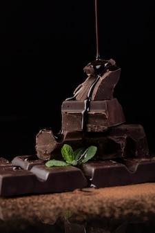 Vooraanzicht van chocoladesaus het gieten