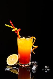 Vooraanzicht van cocktailglas met exemplaarruimte en sinaasappel