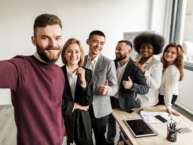 Vooraanzicht van collega's die een selfie nemen