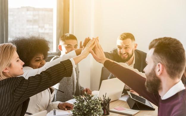 Vooraanzicht van collega's die high five geven