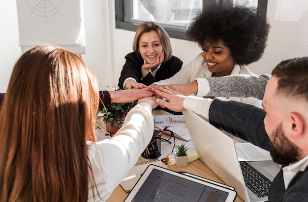 Vooraanzicht van collega's met verenigde hand
