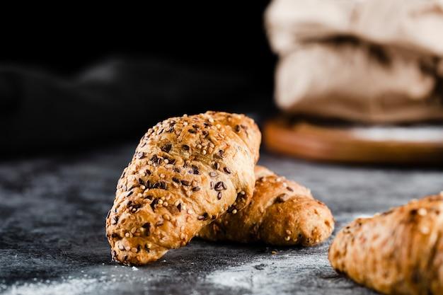 Vooraanzicht van croissants op zwarte achtergrond